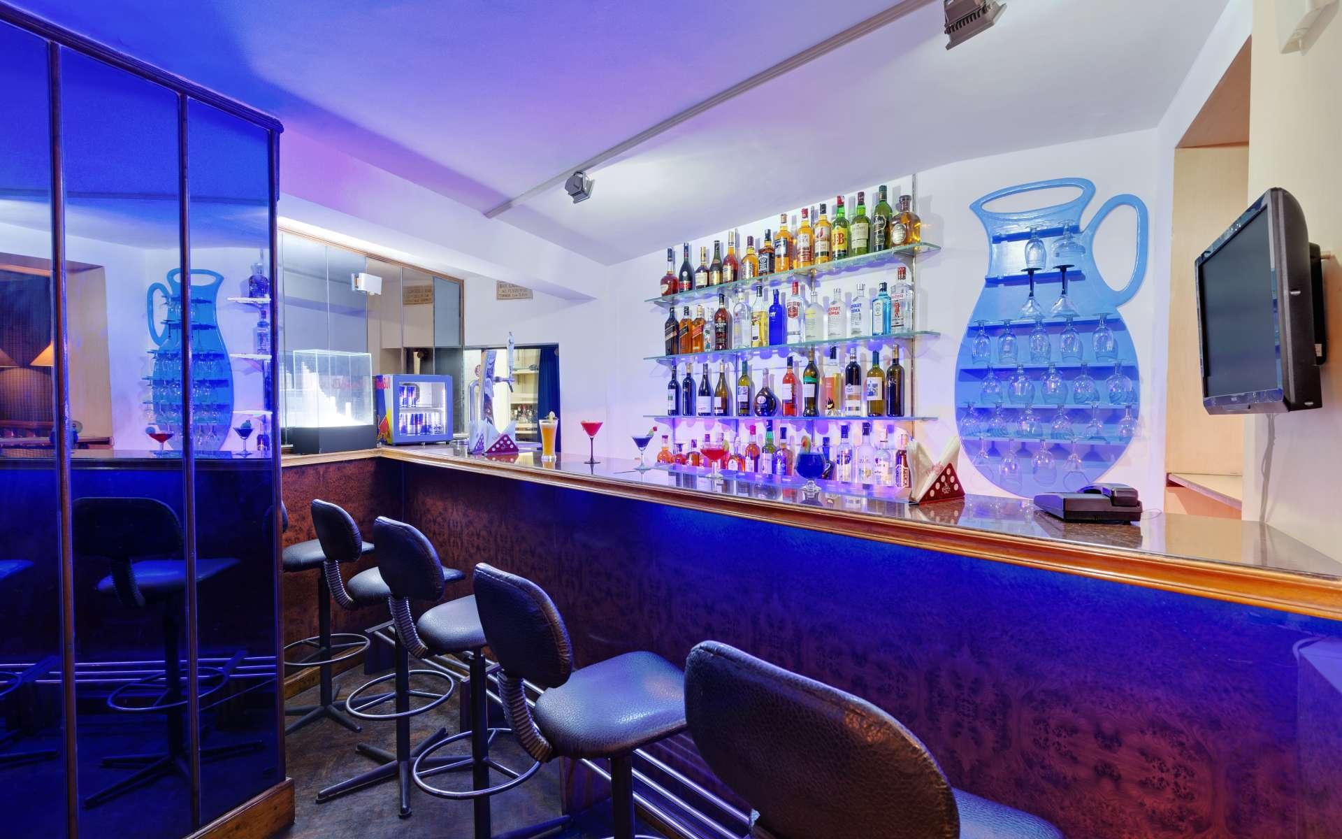 Chennai Society Bar Ambassador Pallava - The Ambassador | Heritage Hotels in Mumbai, Aurangabad, Chennai - The Society Lounge Bar